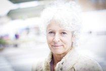 Портрет седой зрелой женщины на местном французском рынке — стоковое фото