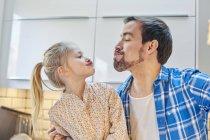 Pai e filha tirando selfie de cara engraçada na cozinha — Fotografia de Stock