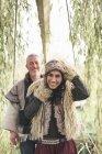 Portrait de couple mature hippy dans jardin — Photo de stock