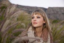 Retrato de mulher jovem e bonita olhando do pântano de vegetação — Fotografia de Stock