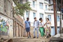 Gruppe von Freunden, zu Fuß entlang der Straße zusammen — Stockfoto
