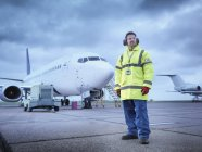 Сотрудник аэропорта на взлетно-посадочной полосе, портрет — стоковое фото