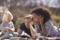 Семейный отдых на открытом воздухе на пикнике — стоковое фото