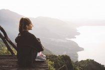 Giovane donna sul balcone con vista sul lago Atitlan, Guatemala — Foto stock