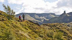Randonnée de couple jusqu'à Fimmvordurhals passe au-dessus de la vallée de Thorsmork, Thorsmork, South Iceland, Islande — Photo de stock