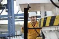 Портрет рабочего на нефтяном танкере в доке — стоковое фото