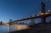 Pont de Manhattan de berge pendant la nuit, New York, é.-u. — Photo de stock
