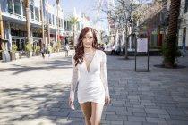 Giovane donna alla moda passeggiando per strada, Las Vegas, Nevada, USA — Foto stock