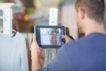 Metà uomo adulto che tiene compressa digitale, che scatta foto vetrina — Foto stock