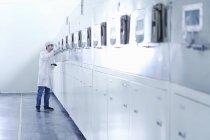 Männliche Arbeiter in der Batteriefabrik für E-Zigaretten, Guangdong, China — Stockfoto