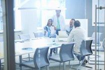 Groupe de chercheurs masculins et féminins en réunion — Photo de stock