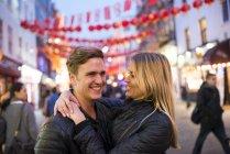 Романтический молодая пара на улице в ночь, Чайна-Таун, Лондон, Англия, Великобритания — стоковое фото