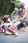 Madre che si prende cura di figlia caduta dalla bicicletta — Foto stock