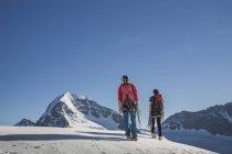 Задній вид на два чоловіки альпіністів піднімаються кантону Берн, Швейцарія — стокове фото