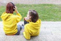 Junge Frauen mit Kopfhörern ruht auf Schritte — Stockfoto