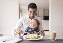 Père et bébé garçon manger le repas — Photo de stock