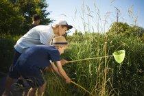 Мальчики используют рыболовные сети — стоковое фото