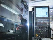 Reflexion des männlichen Ingenieurs am CNC-Arbeitsplatz in der Fabrik — Stockfoto