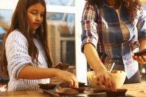 Mutter und Tochter backen zu Hause in der Küche — Stockfoto