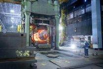 Farvele ispeziona in acciaio a caldo in stampa in acciaierie di pezzo fucinato — Foto stock