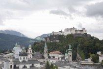 Salzberg міський пейзаж і замок Хоензальцбург на вершині пагорба, Salzberg, Австрія — стокове фото