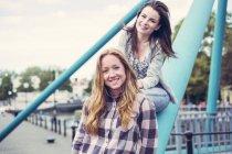 Retrato de dos jóvenes sonrientes mejores amigas - foto de stock