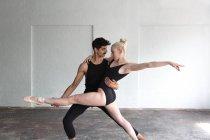 Vorderansicht der Tänzer üben im studio — Stockfoto