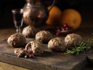 Rosmarino di maiale, arancia, ripieno di palle con porta e centri di salsa di mirtilli — Foto stock