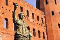 Древніх римських Бронзова статуя імператор Цезаря, Porte Палатін місто ворота, Турин, П'ємонт, Італія — стокове фото