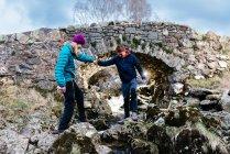 Coppia giovane escursionismo, Ashness Bridge, Keswick, Lake District, Cumbria, Regno Unito — Foto stock