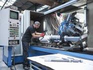 Інженери перевіряють передачу хробаків на пральні інженерного заводу. — стокове фото