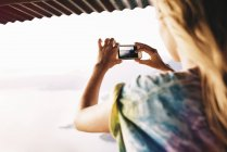 Über Schulter Blick der jungen Frau fotografieren Lake Atitlan, Guatemala — Stockfoto