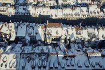 Вид с воздуха на заснеженные крыши, Берн, Швейцария — стоковое фото