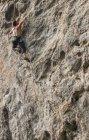 Чоловічий альпініст сходження на білій горі - вапнякові скелі в Yangshuo Чжуан Гуансі, Китай — стокове фото