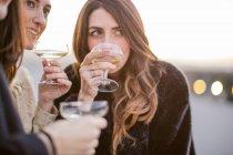Три жінки друзі питної разом на вечірці, Крупний план — стокове фото