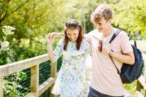 Пара прогулок по деревянному мосту в парке — стоковое фото