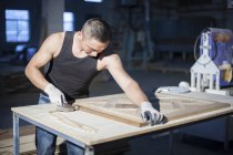 Carpenter piecing together wooden blocks in factory, Jiangsu, China — Stock Photo