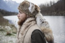 Mittlerer erwachsener Mann mit Trappermütze, Porträt — Stockfoto