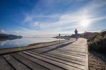 Бегущая женщина вдоль набережной, Вилласимиус, Сардиния, Италия — стоковое фото