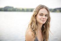 Портрет молодой женщины, рядом с озером — стоковое фото