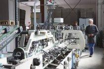 Фабрика робітників машина в картонній фабриці — стокове фото