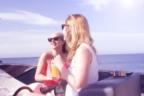 Два дорослих подруг сміятися на борту яхти — стокове фото