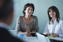 Деловые женщины берут интервью у кандидата в президенты — стоковое фото