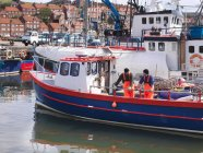 Рибалки на кораблі в гавані — стокове фото