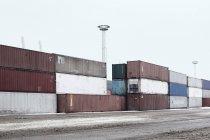 Контейнеры в снежной гавани на причале — стоковое фото