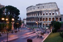 Observing view of Colosseum rome with incidental people walking on streets — Stock Photo