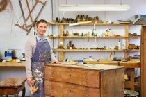 Tischler arbeitet an Holzschubladen — Stockfoto