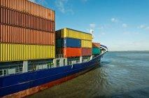 Nave portacontainer che entra nel porto — Foto stock