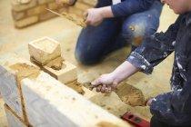 Двоє студентів, які практикують в будівельні роботи — стокове фото