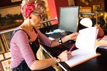 Donna eccentrica che lavora al bancone alto del bar e ristorante, Bournemouth, Inghilterra — Foto stock